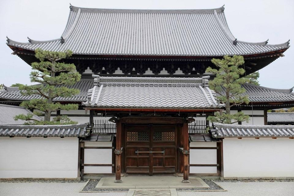 Kyoto's Finest: Cherry Blossom Season - EYExplore - The hondo (statuary hall) of Shokokuji Temple.