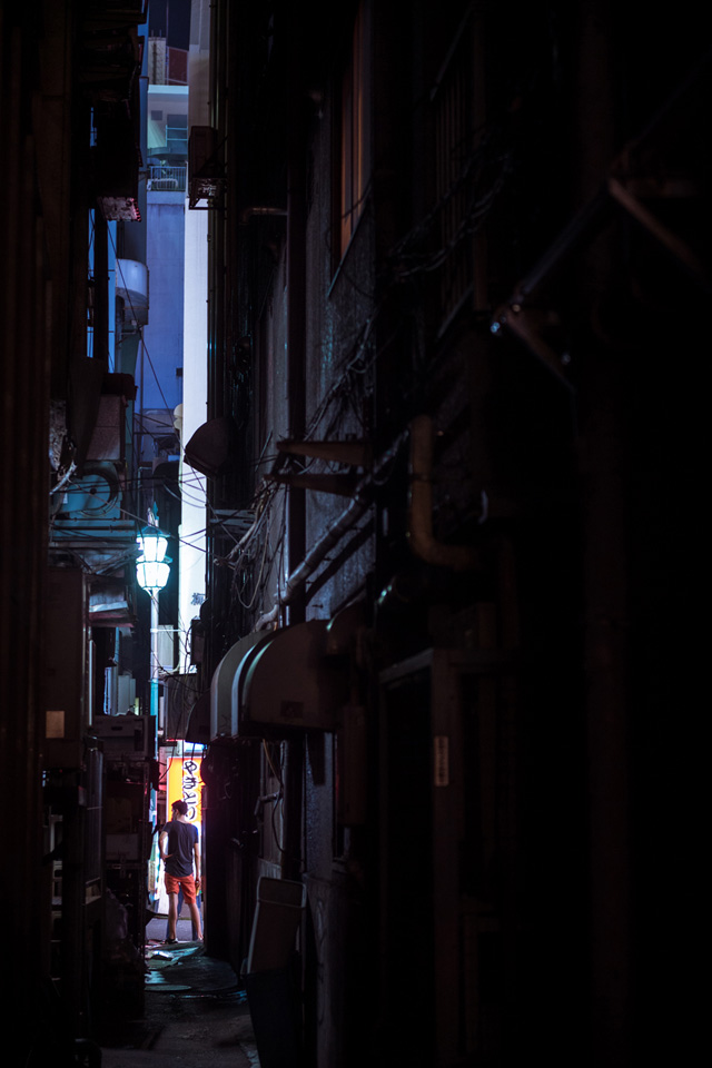Dark passages of Shinjuku — 70mm, f/2.8, 1/15, ISO-1400