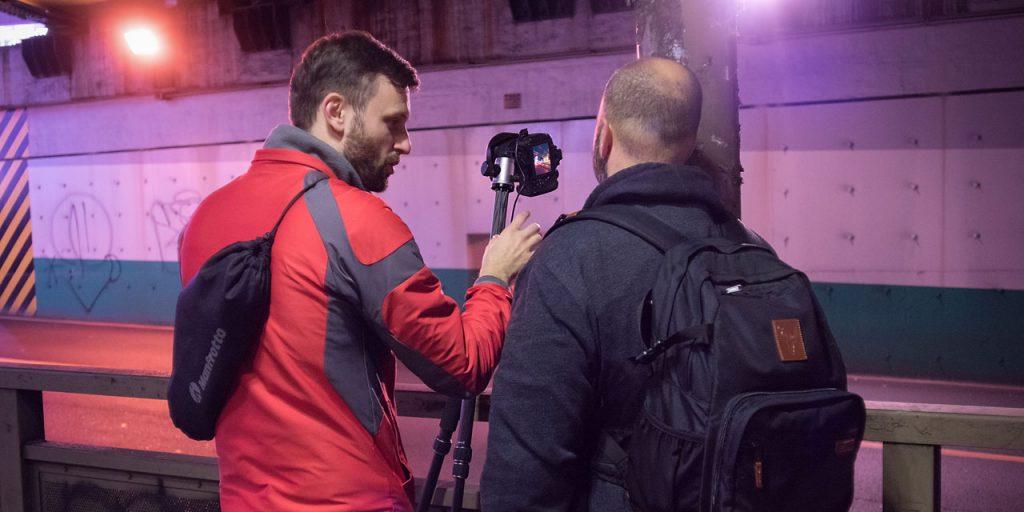 東京夜行ワークショップで夜の撮影テクニックを教えるトレーナーの様子