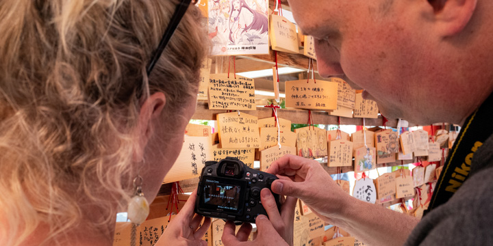 Charles explaining exposure compensation during a photo workshop at Kanda Shrine in Tokyo