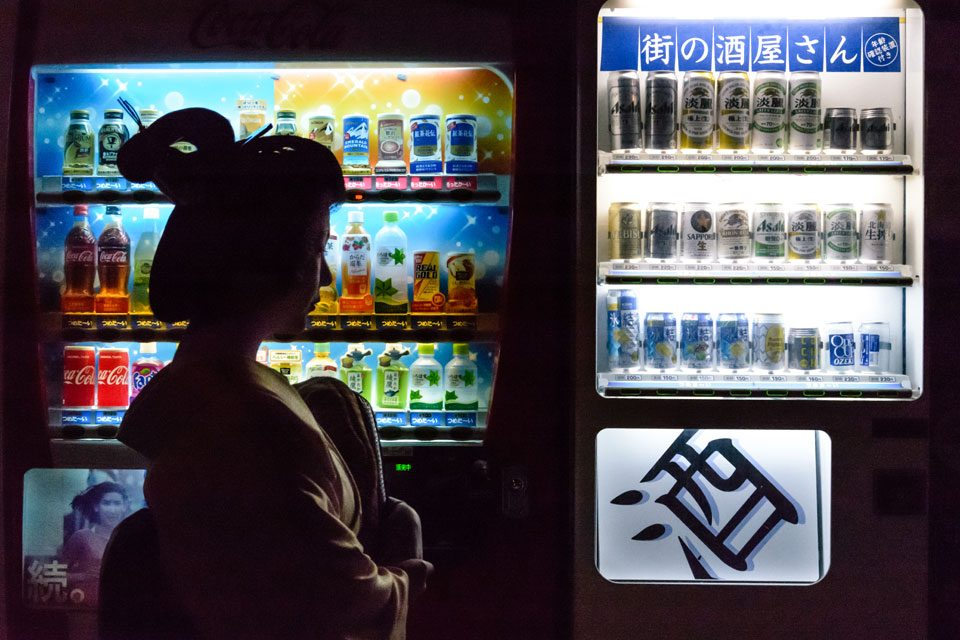 A geisah and a vending machine in Gion, Kyoto - EYExplore