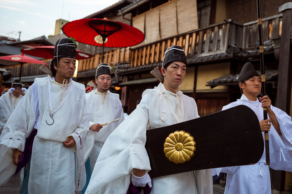 Carrying a giant skateboard during the Gion festival. Nikon D4 - 36mm, f/2.8, 1/250, ISO-320.